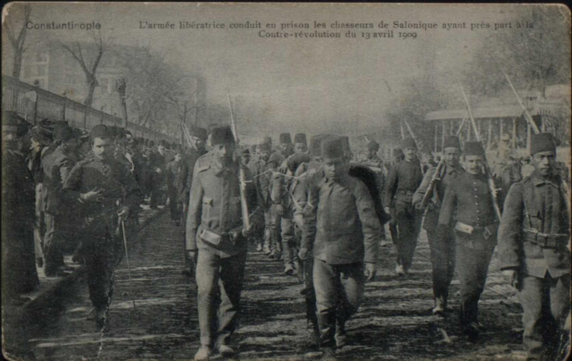 L'armee liberatrice conduit en prison les chasseurs de Salonique ayant pres part a la Contre-revolution du 13 avril 1909