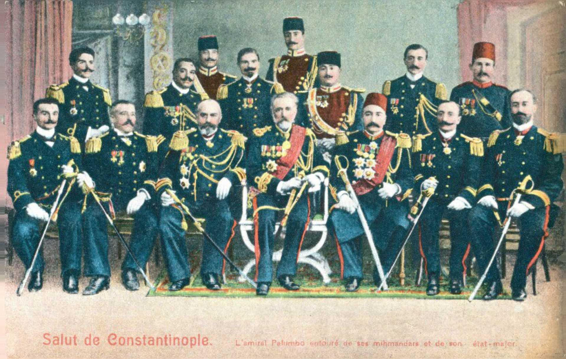 L'amiral Palumbo entoure de ses mihmandars et de son etat-major