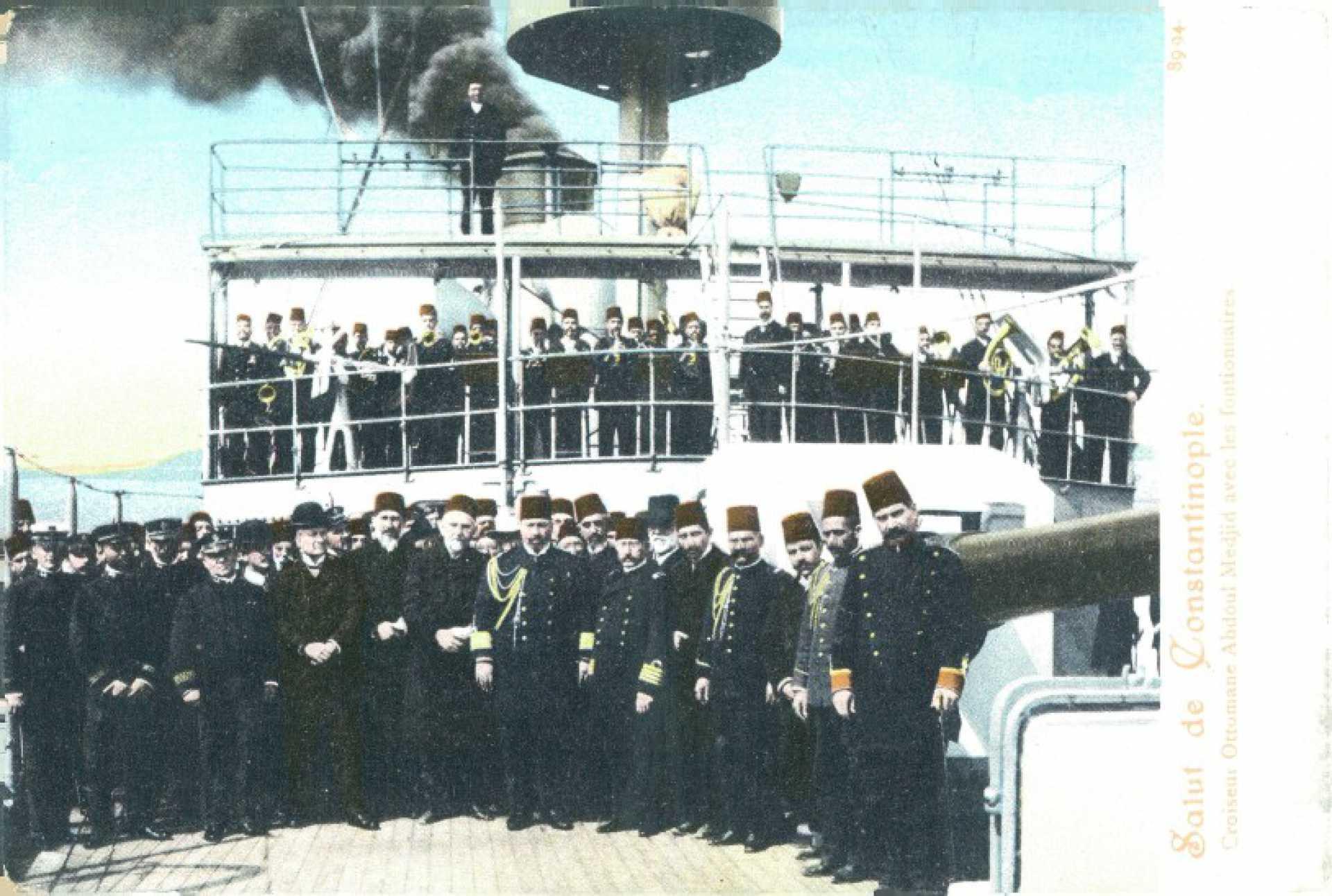 Salut de Constantinople. Croiseur Ottomane Abdoul Medjid avec les functionaires